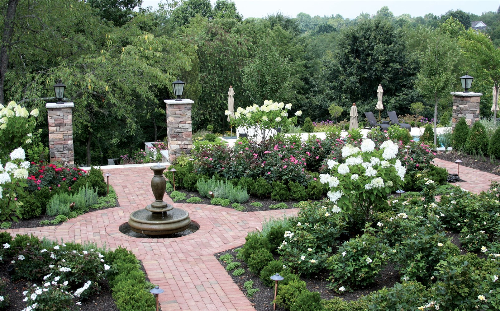 38 Homes That Turned Their Front Lawns Into Beautiful: Landscape Design: Classic Garden Style
